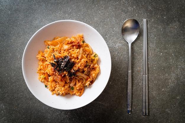 Riso fritto al kimchi con alghe e sesamo bianco - stile coreano