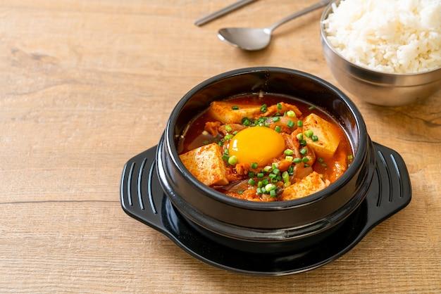 'kimchi jjigae' o zuppa di kimchi con tofu e uova o stufato di kimchi coreano - stile tradizionale del cibo coreano