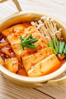 Zuppa kimchi con tofu e uova