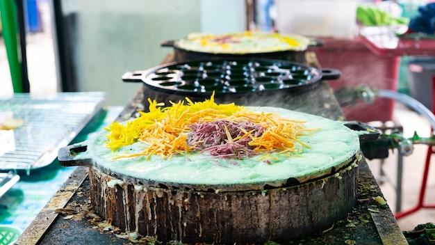 Tipo di dolce tailandese sulla padella calda