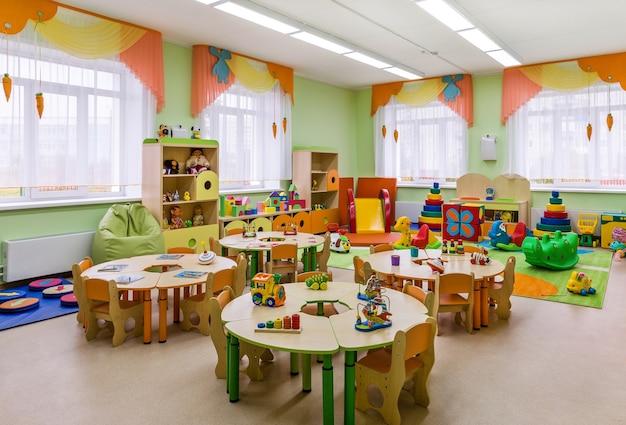 Asilo nido, interni moderni della sala per lezioni e giochi.
