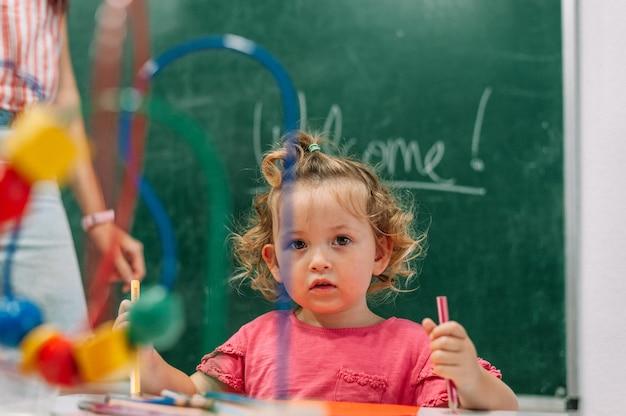 Insegnante d'asilo supporta il bambino in classe