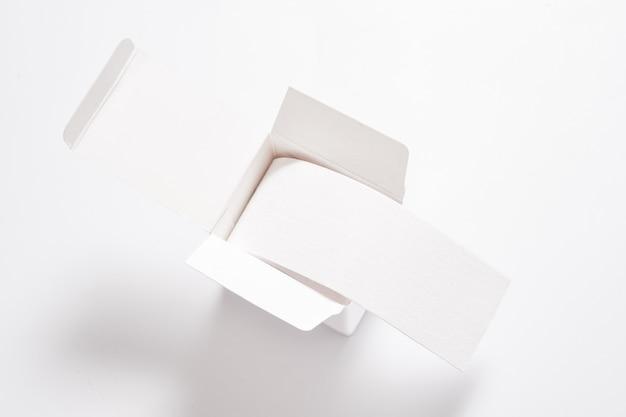 Rotolo di nastro kinesiologico in scatola di cartone bianca