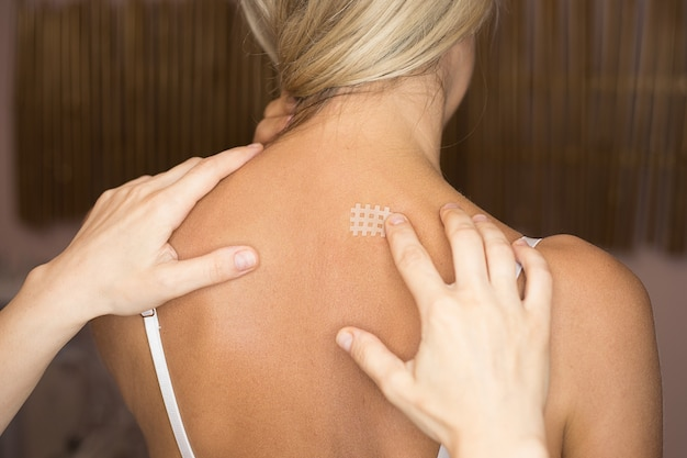 Kinesiotaping, kinesiology cross tape - applicazione per il mal di schiena