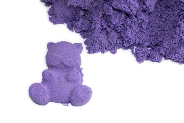 La sabbia cinetica è viola e le sue particelle su uno sfondo bianco