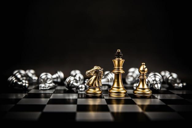 Re e cavaliere e scacchi torre in piedi.