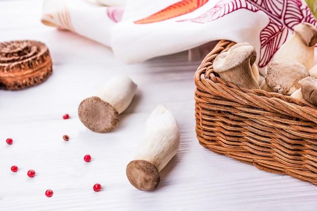 Re fungo ostrica pleurotus eryngii sullo sfondo di legno