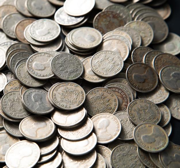Re rama 9. moneta thailandese baht. soldi tailandesi. sfondo banner panorama monete d'argento