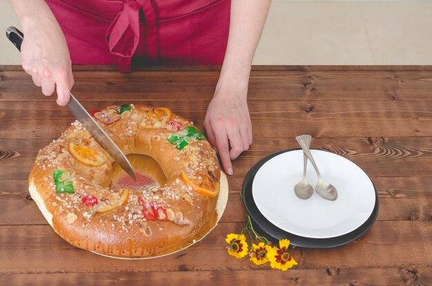 Torta e piatti re su legno