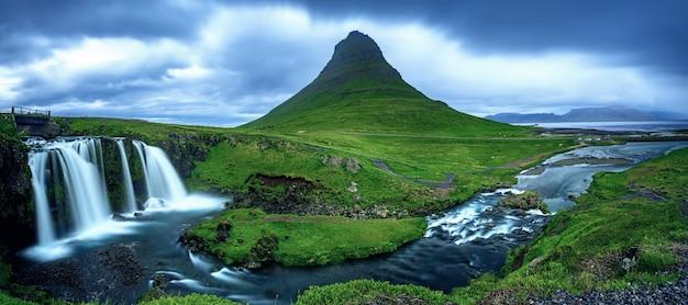 Montagna e cascate di kirkjufell in islanda, fondo panoramico di viaggio