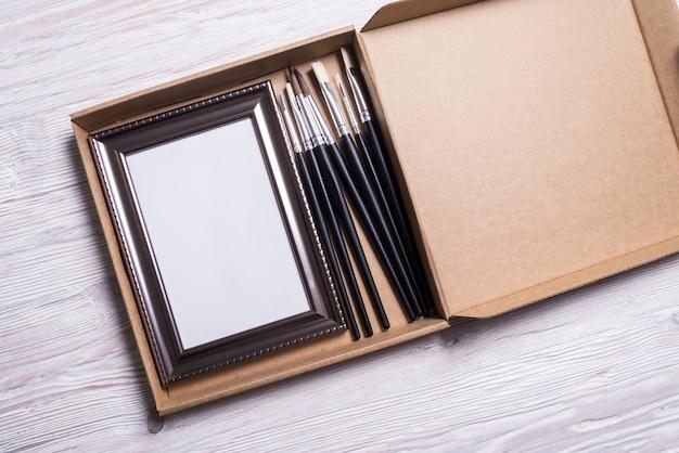 Kit per opere d'arte, cornice e pennelli in scatola di cartone