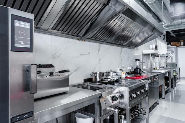 Elettrodomestici da cucina in cucina professionale in un ristorante