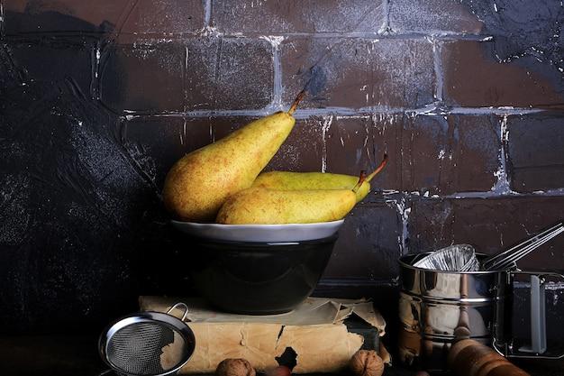 Sfondo cucina cottura in stile retrò muro di mattoni grunge pera mandorla mattarello setaccio