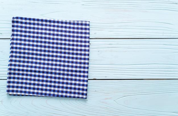 Panno della cucina su superficie di legno blu