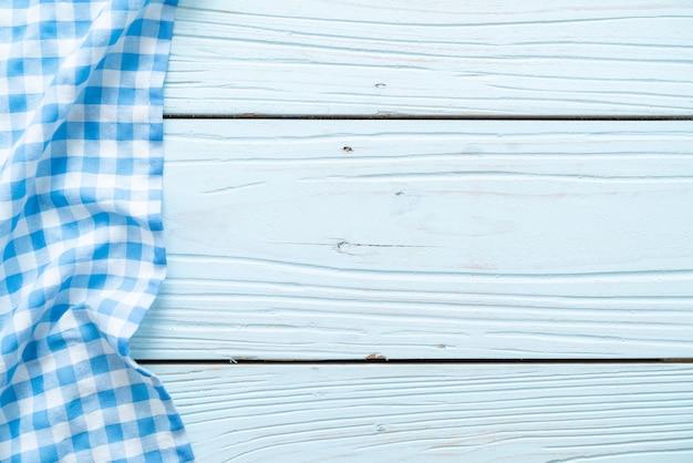 Panno della cucina (tovagliolo) su fondo di legno blu