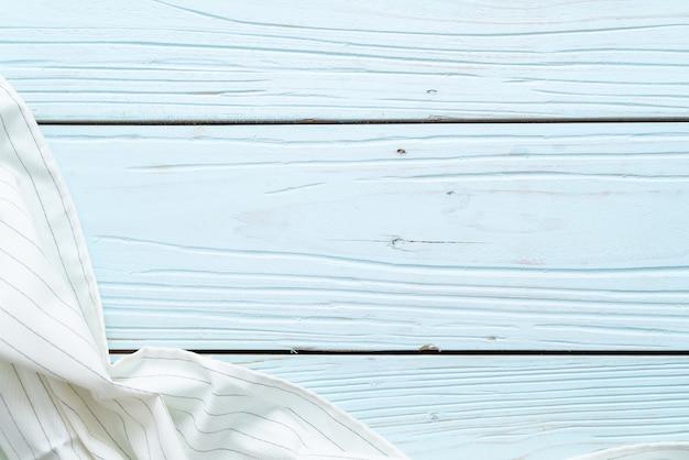 Panno da cucina (tovagliolo) su fondo di legno blu Foto Premium