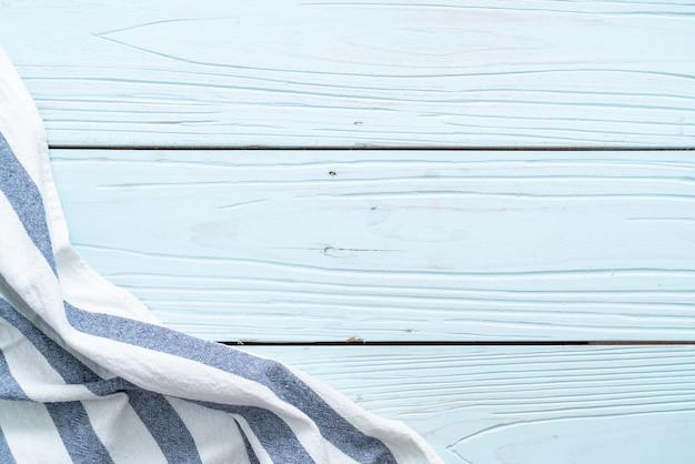 Panno da cucina (tovagliolo) sulla parete di legno blu Foto Premium