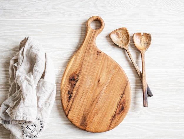 Cucina cucina laici piatta. cucchiai di legno e tagliere di legno