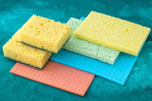 Canovaccio da cucina, concetto di pulizia, lavori domestici. spugne colorate per la pulizia del primo piano, le pulizie.