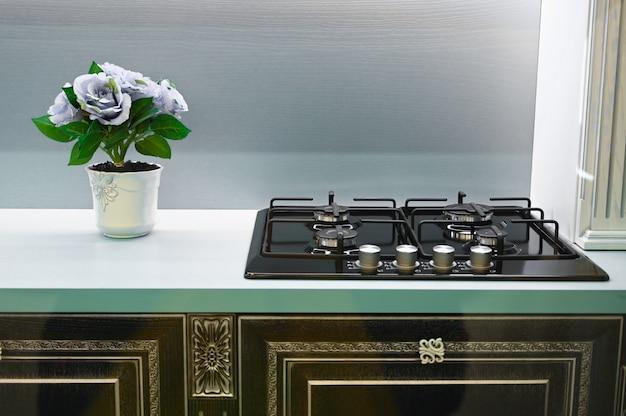 Elemento cucina con piano cottura in stile retrò e fiori freschi