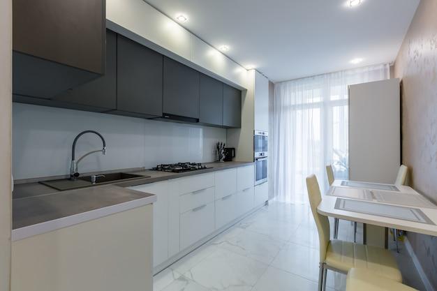 Interno cucina con inserti grigi ed elementi scuri in stile moderno
