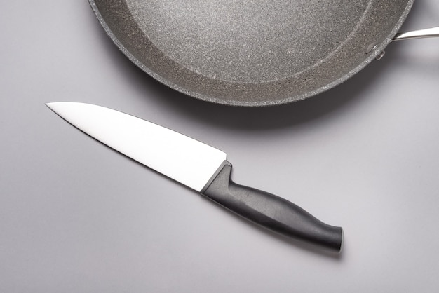 Coltello da cucina con manico in plastica sul tavolo.