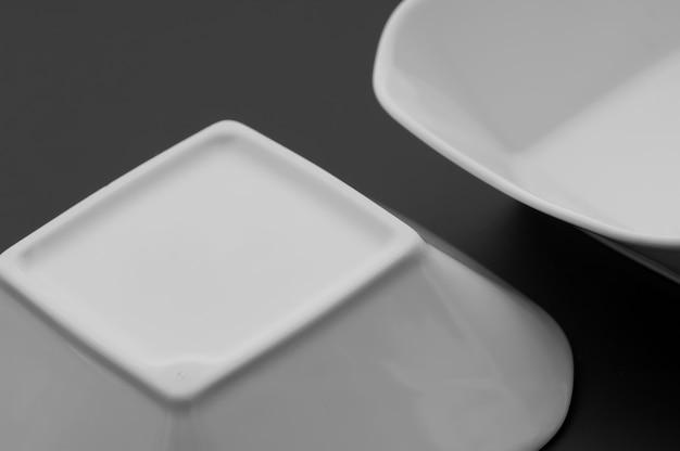 Utensili da cucina e ristorante, piatti, su sfondo scuro
