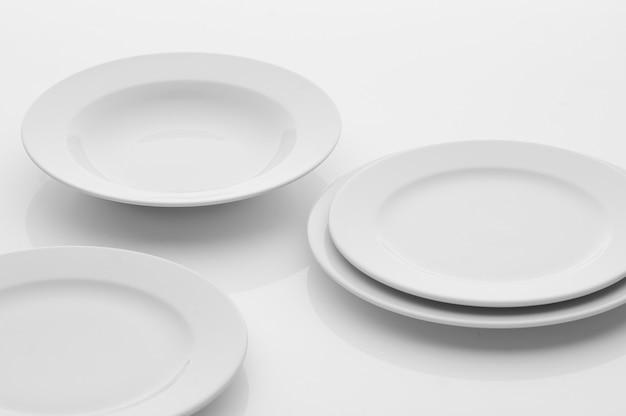 Utensili da cucina e ristorante, piatti, su sfondo chiaro
