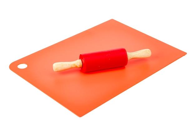 Tavola in silicone da cucina e rotolo di pasta per mattarello.