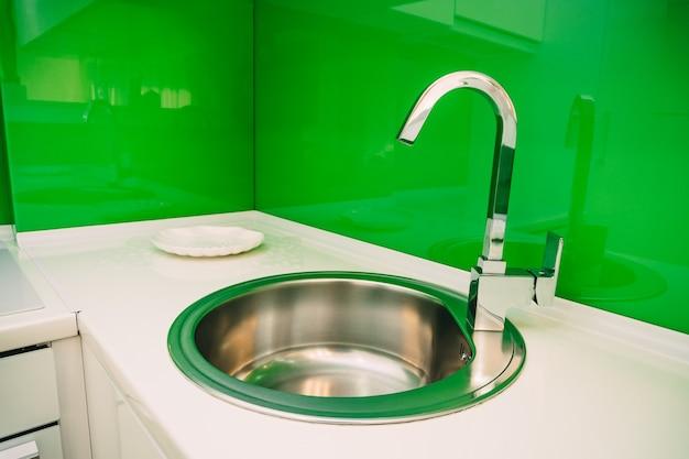 Acqua del rubinetto del lavello della cucina in cucina l'interno del kitc
