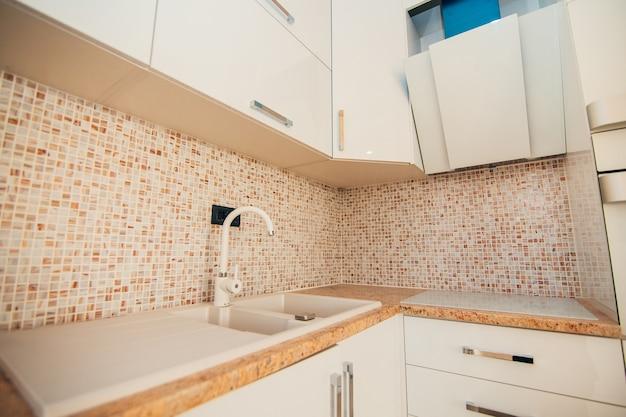 Lavello della cucina acqua del rubinetto in cucina l'interno della cucina