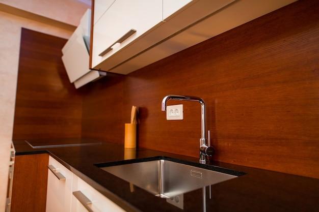 Acqua del rubinetto del lavandino della cucina in cucina l'interno