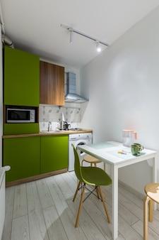 Cucina in un piccolo appartamento verde