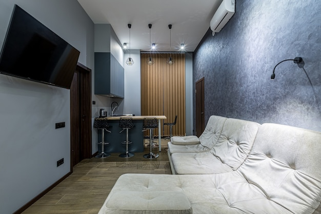 Cucina monolocale in stile loft, in colori scuri