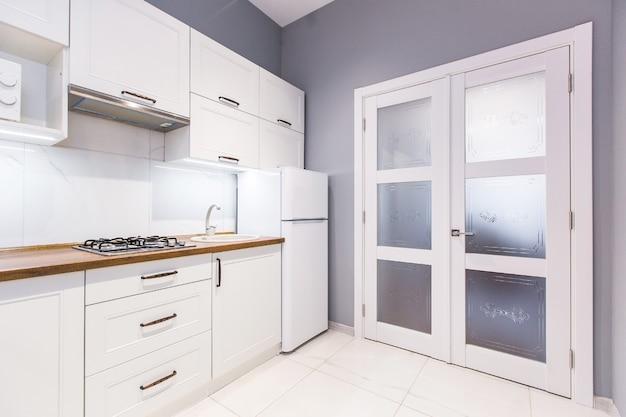 Cucina studio stile moderno, in bianco