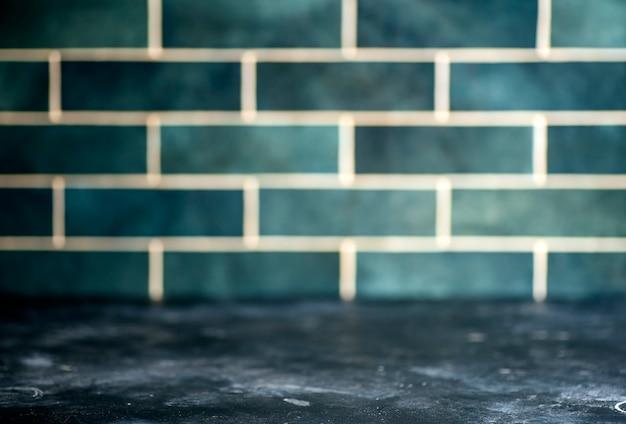 Tavolo da cucina sullo sfondo. cucina vintage fatta in casa con piastrelle di ceramica. cucinare cibi e piatti fatti in casa