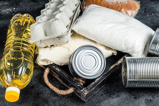 Tavolo da cucina con prodotti alimentari di donazione, concetto di aiuto in quarantena