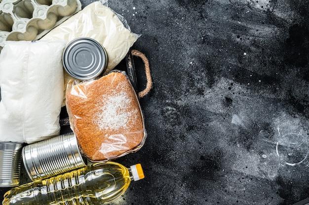 Tavolo da cucina con beni alimentari di donazione, concetto di aiuto in quarantena