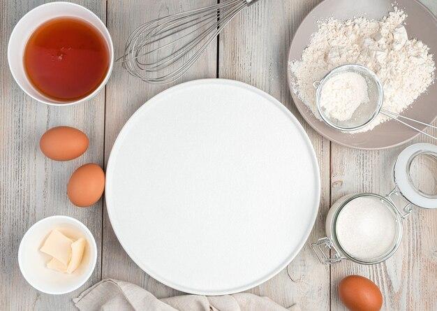 Tavolo da cucina con ingredienti per fare torte con spazio per la copia. la vista dall'alto. il concetto di cucina, ricette, mardi gras.