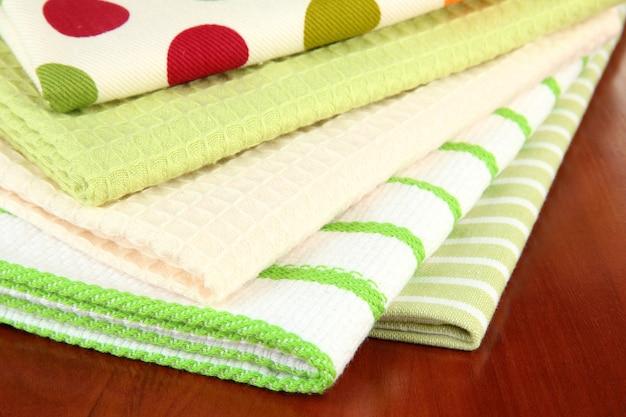 Asciugamani da cucina sul tavolo di legno