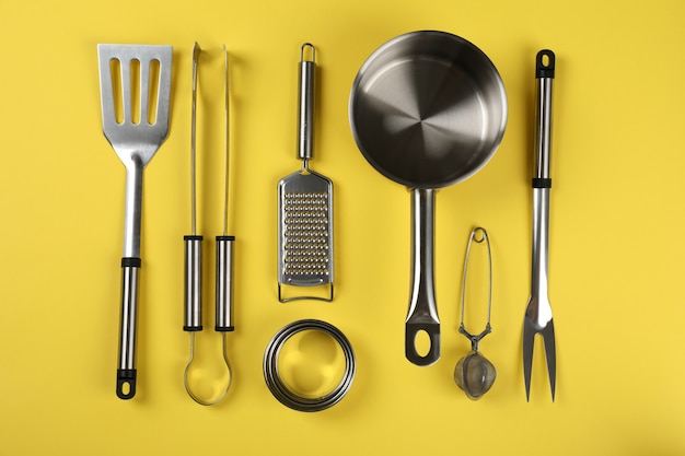 Utensile da cucina su sfondo giallo, vista dall'alto.