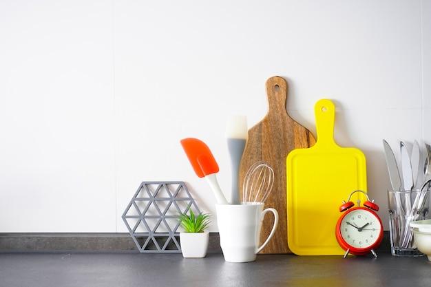 Utensili da cucina sullo sfondo della cucina, luogo per il testo.