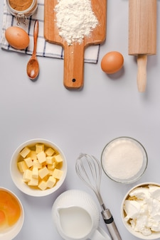 Utensili da cucina e ingredienti da forno per cupcakes su priorità bassa di pietra bianca