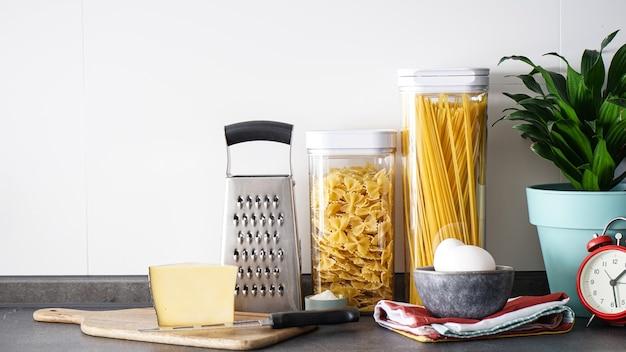 Utensili da cucina con prodotti sul muro della cucina, posizionare il testo.