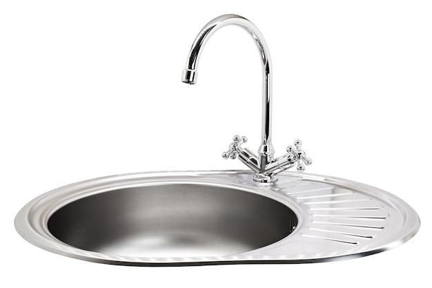La gru dell'acqua della cucina è isolata su uno sfondo bianco Foto Premium