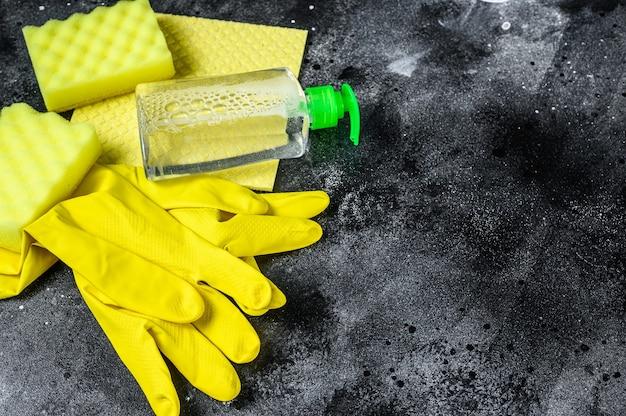 Cucina giallo concetto di pulizia, pulizia della casa, igiene, primavera, faccende domestiche, prodotti per la pulizia