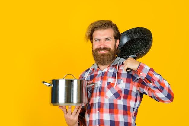 Stoviglie da cucina pubblicità uomo barbuto con casseruola padella uomo chef con pentola pentola cottura