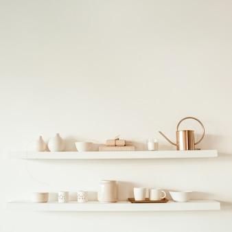 Utensili da cucina sullo scaffale su bianco. tazze, tazze, teiera, vassoio, decorazioni