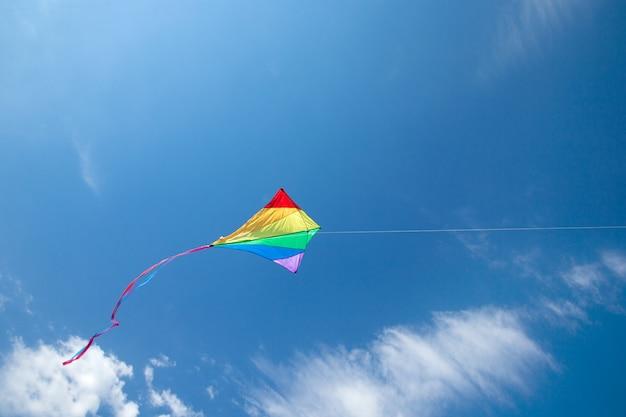 Aquilone che vola nel cielo tra le nuvole