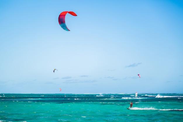 Kitesurf sulla spiaggia di le morne a mauritius